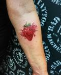Splash Tattoo Erdbeere Realistic auf Unterarm - by LenArt